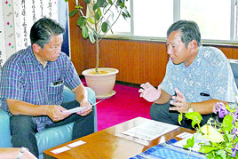 中山市長を表敬訪問したJALスカイエアポート沖縄の上島社長=5日午後、石垣市役所