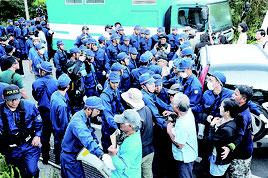 7月、東村高江のヘリパッド移設現場周辺で、機動隊に排除される反対派。県警は抗議行動の違法性を指摘している