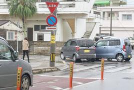 5町内バス停西交差点で交通事故が多発している=2月1日撮影