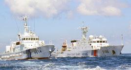 尖閣諸島周辺の日本領海内を並走する巡視船と中国公船「海警」=2013年8月、仲間均市議提供