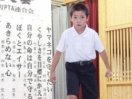 堂々とした発表で最優秀賞に輝いた黒島小学校5年生の玉代勢元人くん=18日、竹富島まちなみ館