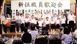 様々な余興で盛り上がった新任職員歓迎会=24日夜、竹富島まちなみ館