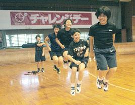 ロープジャンプを行う石垣二中女子バレーボール部=27日夕、中央運動公園総合体育館