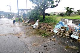 19日、豪雨で倒壊した久部良小南側のブロック塀(与那国町提供)