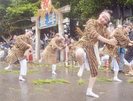 白保豊年祭の「稲の一生」。ユーモラスに演じ、笑顔を絶やさなかった=7日、飾場御嶽前