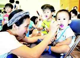 デンタルフェアに多くの親子連れが参加した=4日、石垣市健康福祉センター