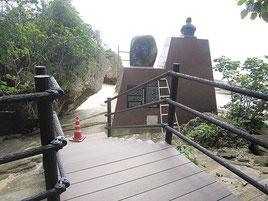 忘勿石の碑の裏側に入る形の遊歩道が完成した=3月8日撮影、竹富町提供