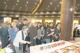 折り鶴を奉納する参加者=11日午後、平和祈念堂(糸満市)