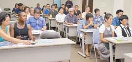 28人の受講生が八重山の星空について学んだ=5日夜、大濱信泉祈念館