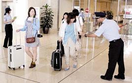 沖縄地区税関石垣税関支署が薬物、銃器の情報提供などを呼びかけた=8日午前、石垣空港国内線旅客ターミナル