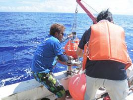 2014年7月、波照間島沖に音響装置を沈める研究チーム(提供者真)
