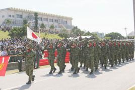 陸上自衛隊第15旅団が防衛への信頼を深めようと観閲行進を行った=18日午前、那覇駐屯地