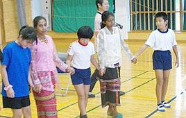 東ティモールの児童と交流する久部良小の児童