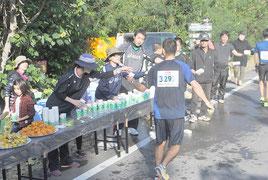 給水地点で選手を支えたボランティア(25日)