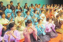 八重山古典音楽コンクール発表会の冒頭で「鷲ぬ鳥節」を斉唱する合格者たち=29日夜、石垣市民会館大ホール