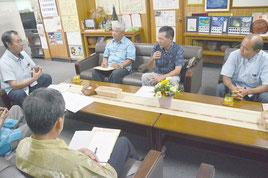 小浜、黒島、竹富公民館の館長が要請を行った=9日、竹富町役場