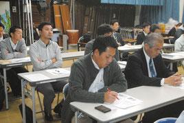 沖縄観光推進ロードマップの説明を受ける参加者=17日午後、市商工会館