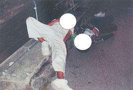 路上寝しているところを発見された男子中学生2人(画像は一部加工してあります)=八重山署提供