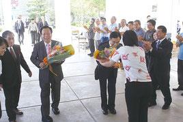 市職員から花束を受け取る陳蘇澳鎮長(左)と張正義議長(右)=6日午後、市役所前