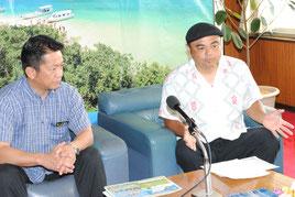 「島人ぬ宝さがしプロジェクト」を発表する比嘉栄昇さん(右)と中山市長=24日午前、市役所