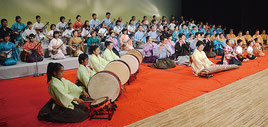 合格者93人が晴れの舞台で堂々と演奏した=21日夜、石垣市民会館大ホール