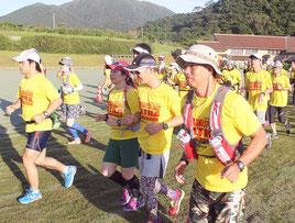 石垣島ウルトラマラソンが初めて開催された=17日午前、サッカーパークあかんま