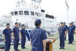 石垣港に初入港し、入港式にいどむ巡視艇やえづきの船員=4日午後、石垣市