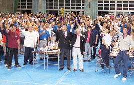 全国ヴィンテージバレーボール交流大会の大交流会が開かれた=8日夕、屋内練習場