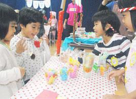 市内の幼稚園でイベントを楽しむ園児たち(資料写真)=2014年11月