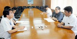 中山市長に自衛隊配備の候補地選定に向けた調査開始を報告する沖縄防衛局の森企画部長(左)=24日午後、市役所