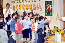 昨年12月、久部良小で開かれた町内3幼稚園合同の「クリスマス会」。子どもの減少は学校統廃合の議論を呼び起こしている