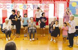 児童と高齢者らが入り交じって健康体操を楽しんだ=26日午後、石垣市子どもセンター