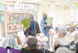 お年寄りたちを楽しませるウシュマイとンミ―=22日午後、聖紫花の杜