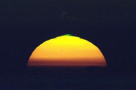 太陽のリム(縁)で観られたグリーンフラッシュ(石垣島天文台提供)