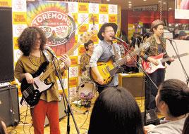 タワーレコード渋谷店でのトレモノライブ=19日、東京都渋谷区