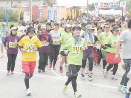 第22回竹富町やまねこマラソンは1230人が出走した。勢いよくスタートするジョガーたち=7日午後、上原小学校