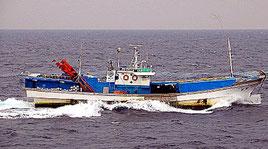 逮捕された韓国人船長が乗船していたはえ縄漁船(石垣海上保安部提供)