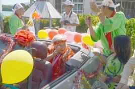 宮良貞さんのカジマヤーパレードが行われた=20日午前、市内川平