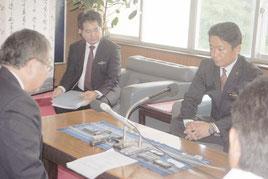 左藤副大臣(左)と会談する中山市長=11日午後、市役所