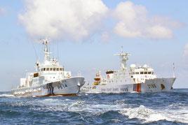 尖閣周辺海域で、日本の巡視船(左)と並走する中国公船「海警」=2013年8月、仲間均市議撮影