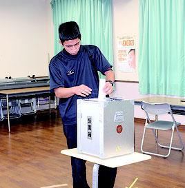 八重山特別支援学校で模擬投票が行われた=13日、同校