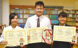 全国大会へ出場する高屋さん(左から)と出地君と3位入賞した大城さん=11日、八重山商工高校
