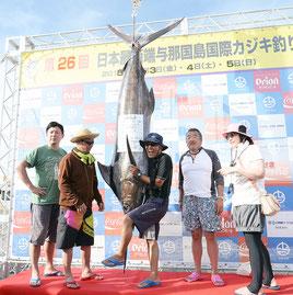 130㌔のクロカワカジキを釣り上げたチームあくあの梶原さん(右から2人目)とメンバーら=4日午後、久部良漁港