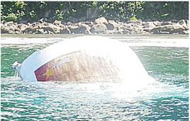 西表島海岸で見つかった中国のロケットと思われる金属片(提供写真)