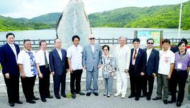 李登輝元総統が石垣島に初来島し、台湾農業者入植顕頌碑前で記念撮影した=30日、名蔵