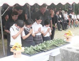 多数の市民が参列し、犠牲者の冥福を祈念した。=24日午後、明和の大津波遭難者慰霊之塔
