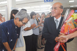 職員の拍手に送られて退任した慶田盛教育長=30日午後、町役場