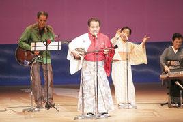 仲宗根充さんはフィナーレにオリジナル曲を次々と披露した=19日夜、那覇市民会館大ホール