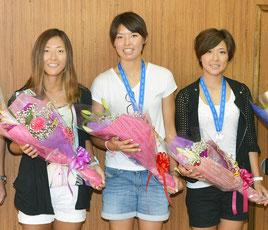 なでしこ3選手が市長表敬した(右から永里亜紗乃、熊谷紗希、大儀見優季)=22日午前、市役所