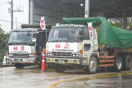 雨の影響で出発時間を1時間ほど遅らせた=5日、石垣島製糖工場